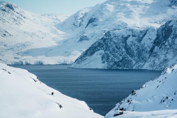 Hannah Hagberg lägger några svängar ner mot fjorden. Qooqqut, Grönland.